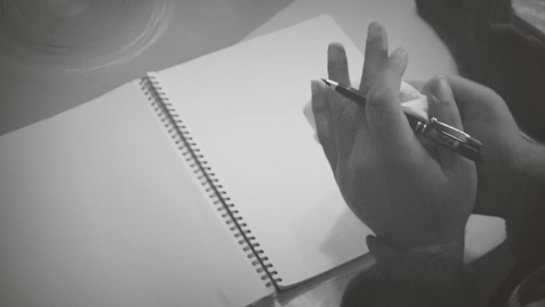 Man med penna i handen vid oskrivet blad. Foto: Sveriges Radio.