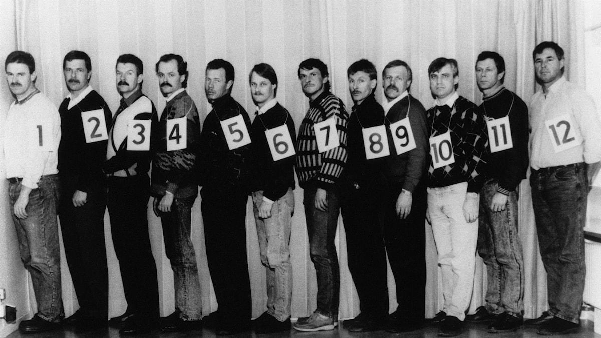 Tolv män upställda på rad, med var sin nummerskylt. Som nummer sju står Christer Pettersson. Foto: Polisen.
