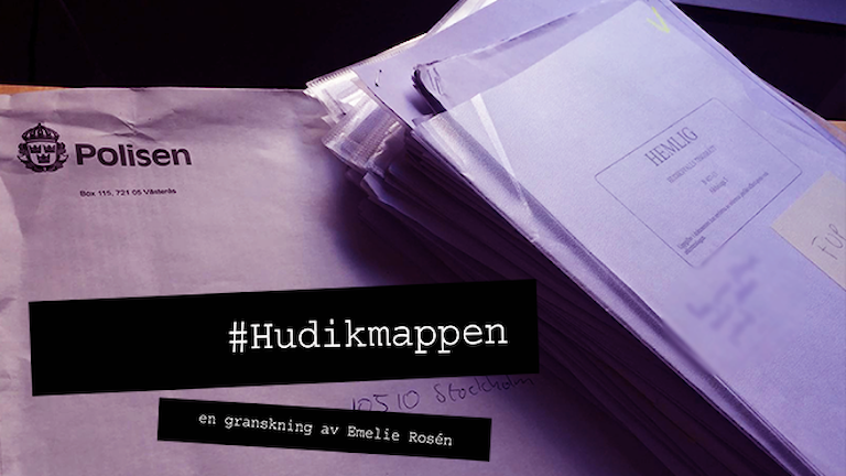 """Kuvert med Polisens logotyp och papper stämplat """"Hemlig"""". Text: #Hudikmappen, en granskning av Emelie Rosén. Foto: Marcus Eriksson/Sveriges Radio."""