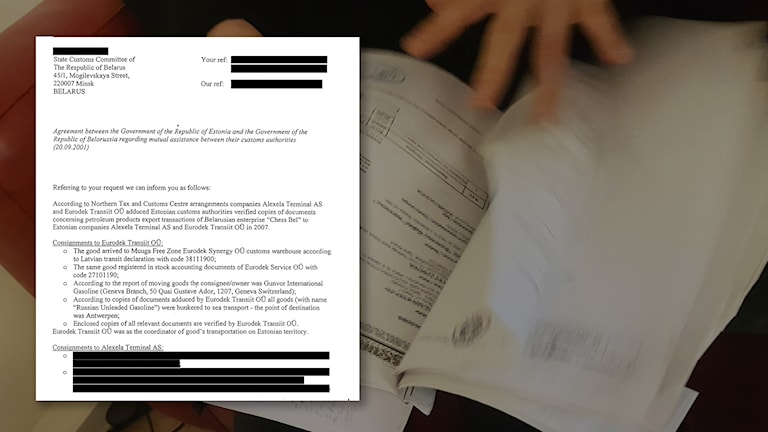 Dokument med överstrukna delar, över foto där sidor ur dokument bläddras igenom.