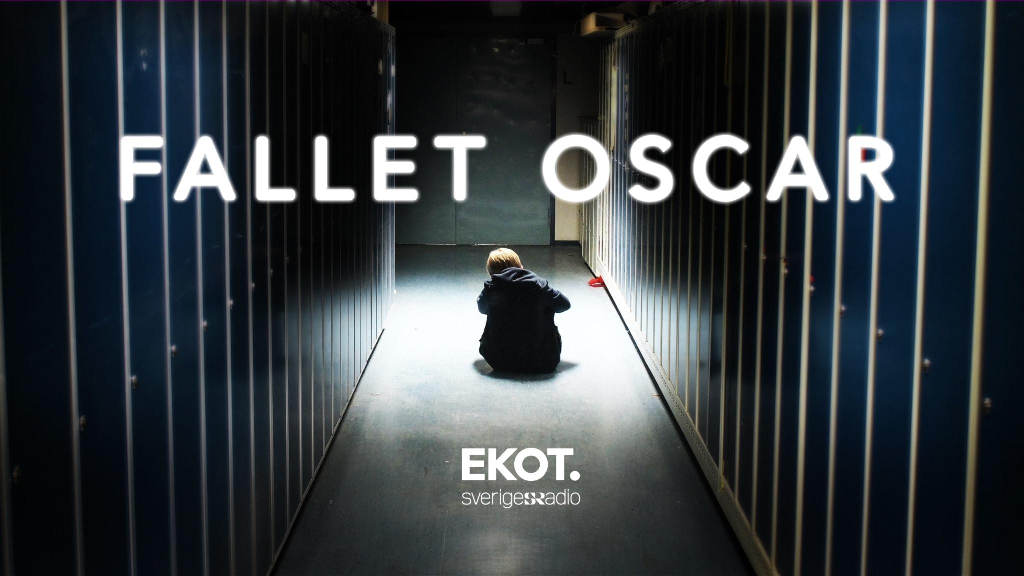 Fallet Oscar. Pojke sitter i ljuset mellan rader av plåtskåp.