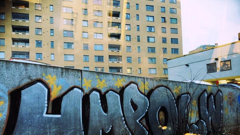 Graffiti vid höghus.