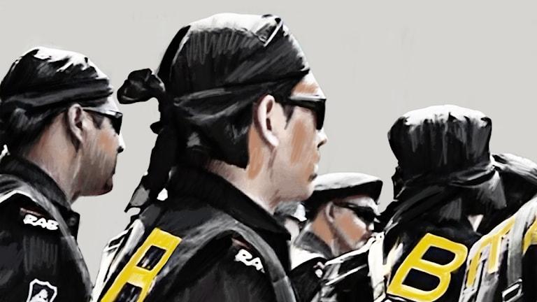 Män i solglasögon och huvudduk, bokstäverna RAB på ryggarna. Bild: Sveriges Radio.