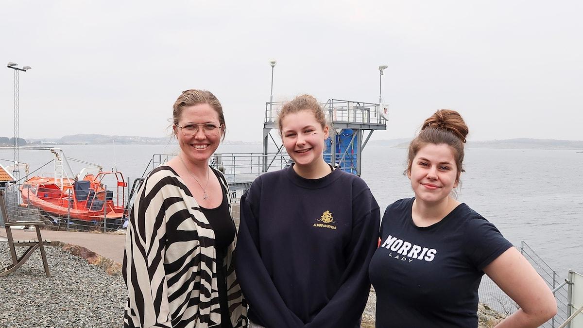 Läraren Alice Engbom med eleverna Sofia Philipson och Amanda Svensson på Öckerö seglande gymnasieskola.