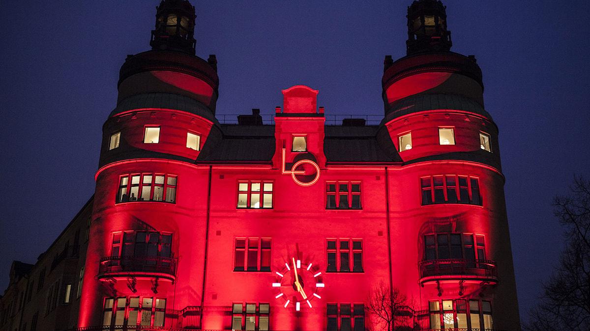 Röd belysning på LO-borgen i Stockholm på torsdagskvällen. Foto: Robin Haldert/TT.