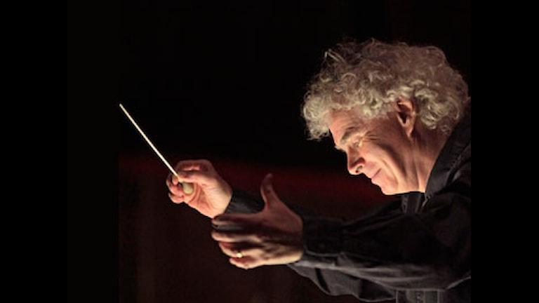 "Sir Simon Rattle repeterar Debussys ""Pelléas et Mélisande på Metropolitanoperan i New York""."