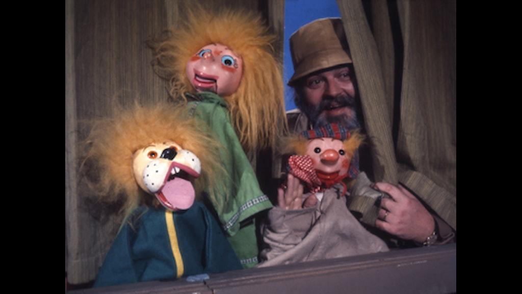 Beppe Wolgers med tre marionettdockor. Foto: SVT Bild