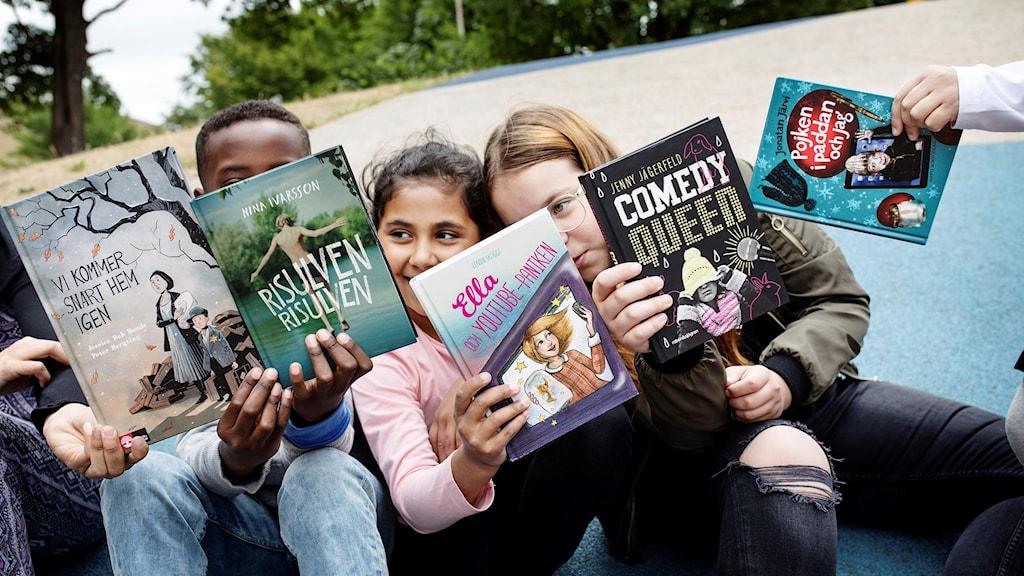 Barnradions bokpris-jury med de nominerade böckerna: Vi kommer snart hem igen, Risulven, Ella och Youtube-paniken, Comedy queen , Pojken i paddan och jag.