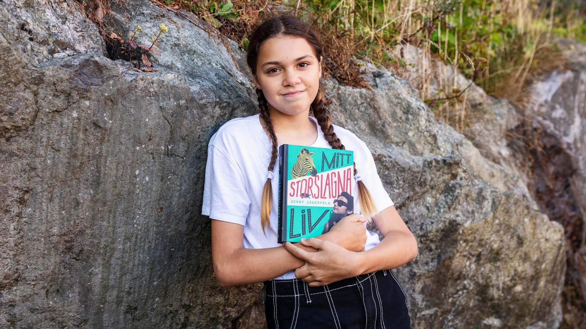 Jurymedlemmen Anna-Inez Aleite håller i boken Mitt storslagna liv av Jenny Jägerfeld.