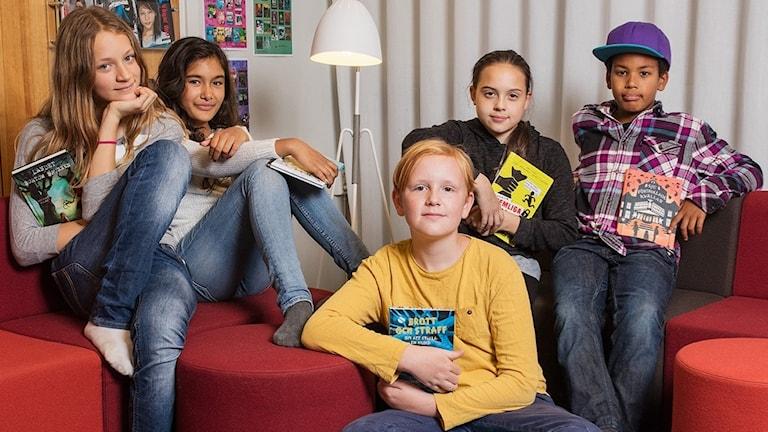 Barnradions bokprisjury 2016: Ester Mathiasson, Stella Bläsung, Sam Lindroth, Zojka Magnusson och César Cisse.