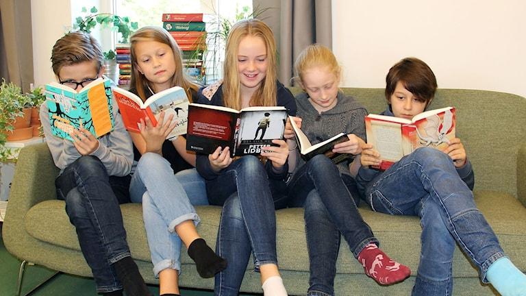 Juryn till Barnradions bokpris 2017 kommer från klass 5 och 6 i Alviksskolan utanför Stockholm. Viktor Wigren, Sofia Stenecker, Hanna Donaldson, Karla Hüpohl och Dalton Westerberg.