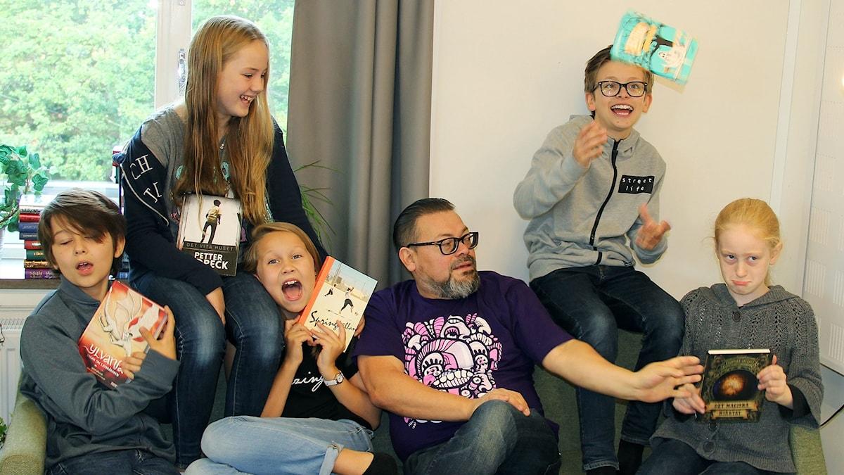 Juryn till Barnradions bokpris 2017 kommer från klass 5 och 6 i Alviksskolan utanför Stockholm. Dalton Westerberg, Hanna Donaldson, Sofia Stenecker, Manuel Cubas, Viktor Wigren och Karla Hüpohl.
