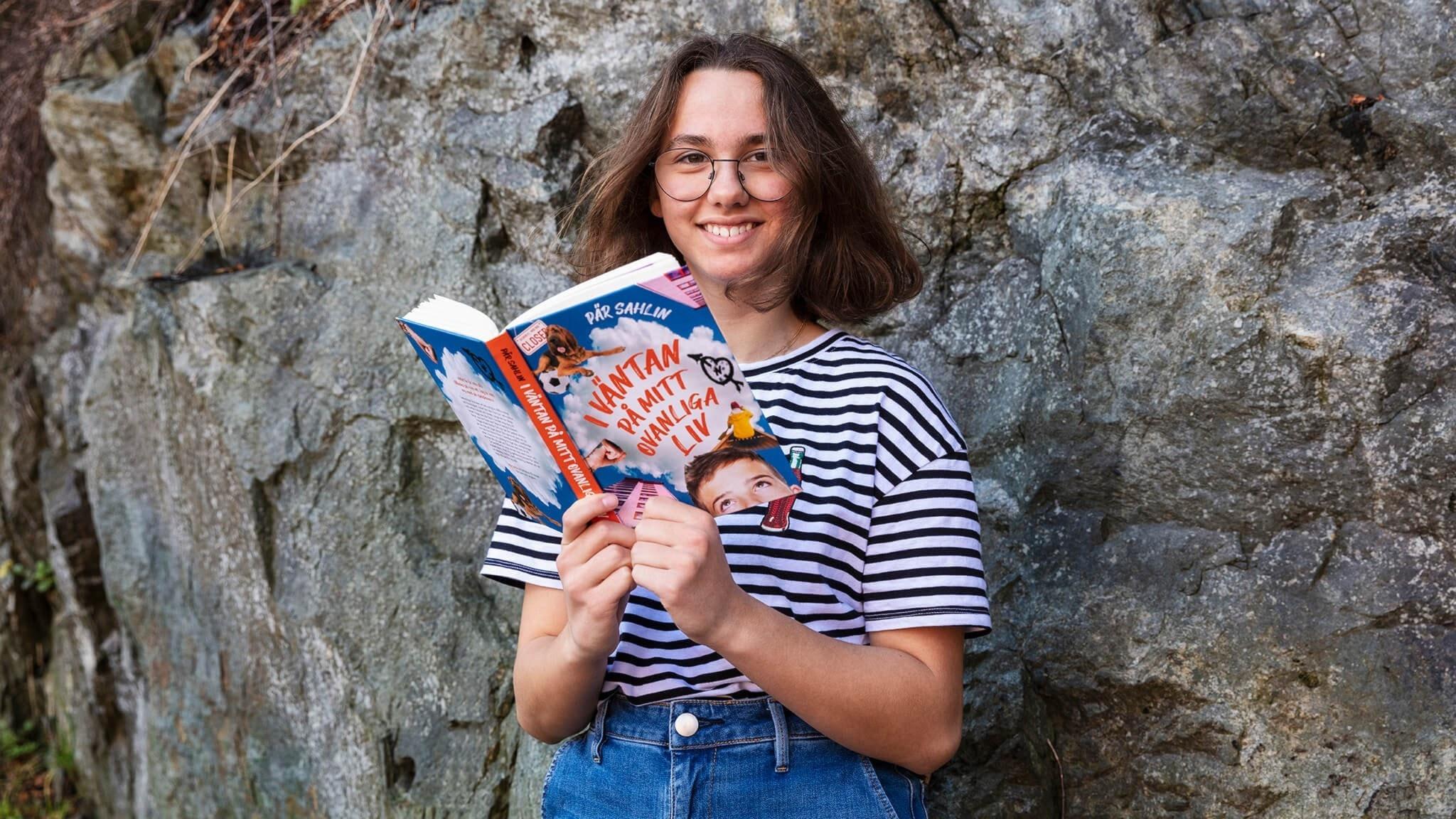 Vera Larsson håller i boken I väntan på mitt ovanliga liv av Pär Sahlin