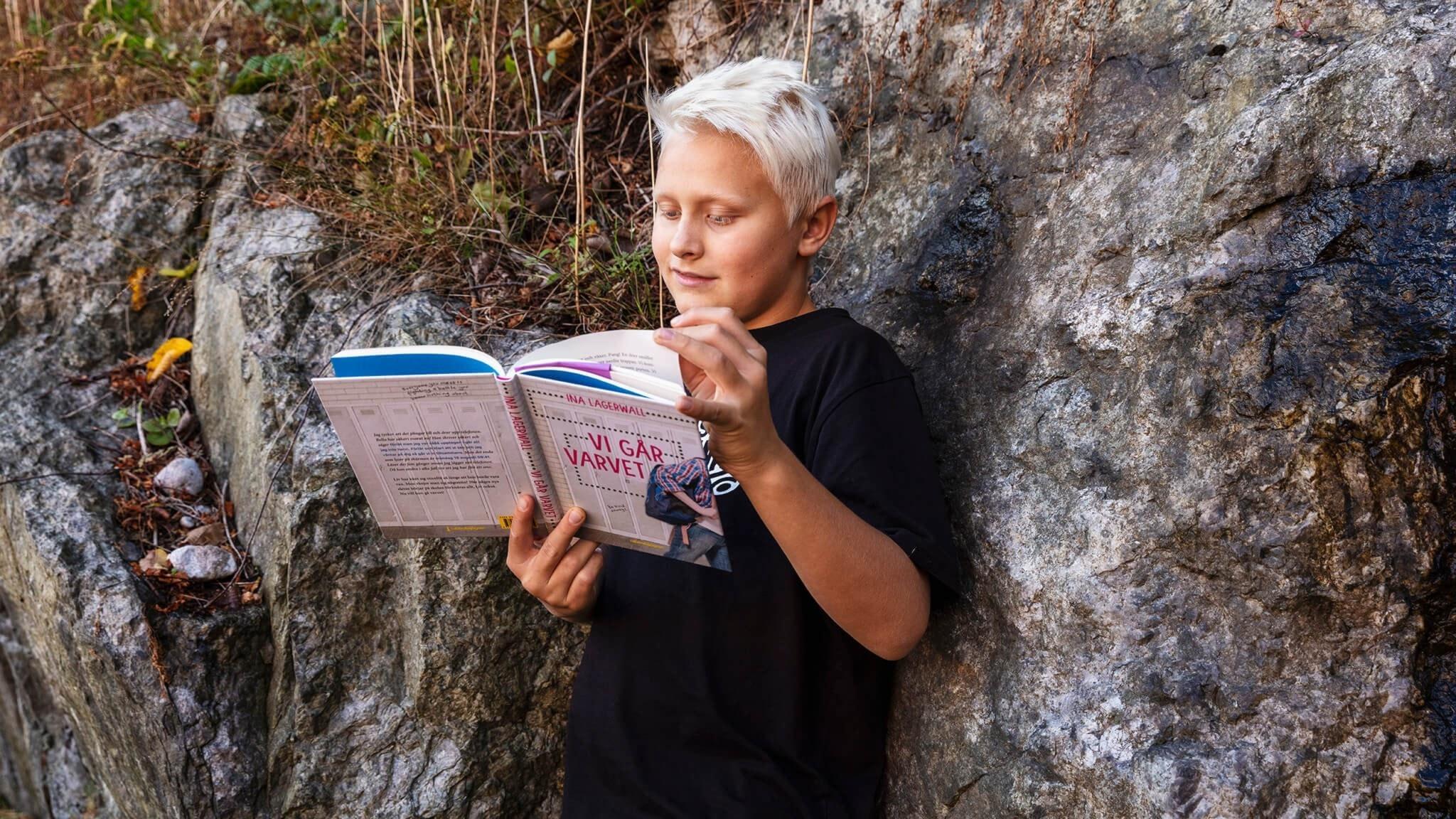 Truls Skau håller i boken Vi går varvet av Ina Lagerwall.