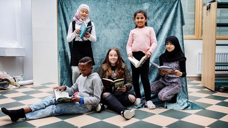 Barnradions bokpris 2018. Juryn från Rosengårdsskolan i Malmö: Jasmine Hl-Kritty, Fatme Ibrahim, Zajnab Hawra, Una Music och Shuaib Aden.