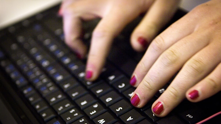 Kvinna med målade naglar arbetar vid en dator. Foto: David Magnusson / TT