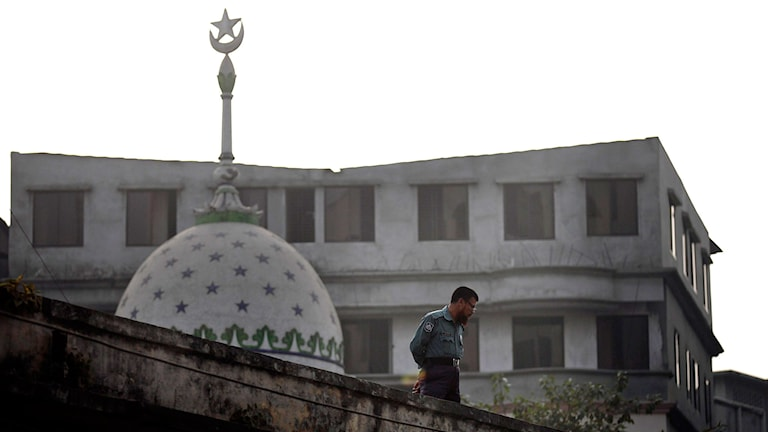 En man bredvid en moské, en muslimsk böneplats. Foto: A.M. Ahad/TT