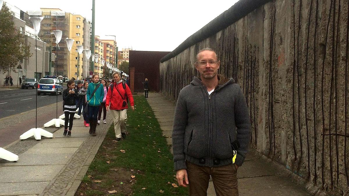 Daniel Alling vid Berlinmuren. Foto: Sveriges Radio