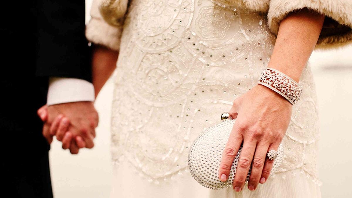Bild från giftermål: man och kvinna håller handen.