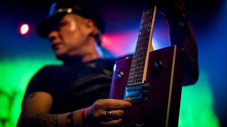 Man spelar gitarr. Foto: Jonas Andersson.