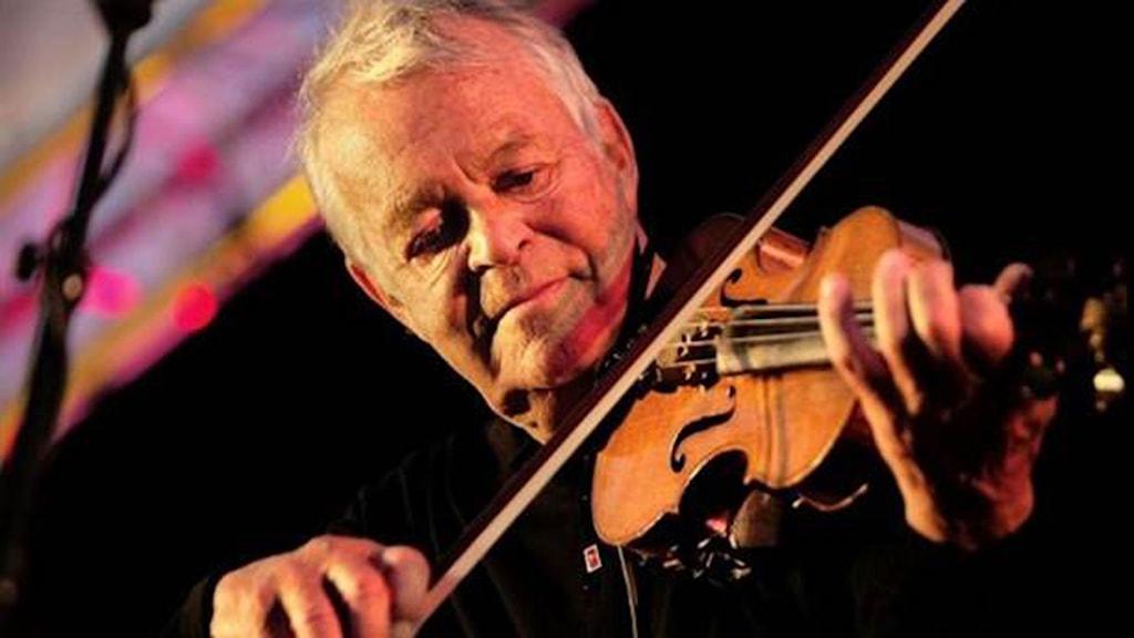 Svend Asmussen spelar fiol