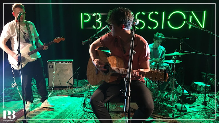 Bild på Alex Järvi med en gitarr i Session-studion.