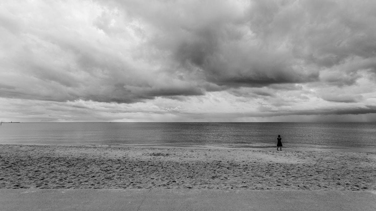 kvinna vid grått hav. Foto: Duncan RawllsonFlickr