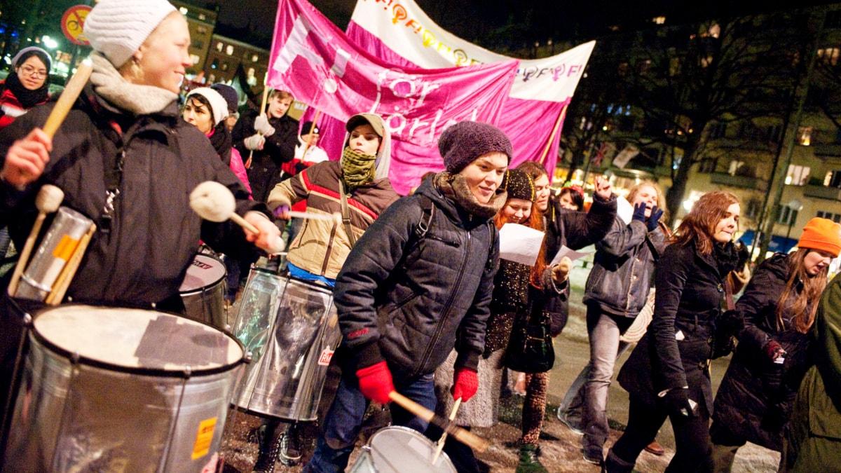 Flera kvinnor går tillsammans, det är kväll, en har en trumma. Foto: Johan Engman/Scanpix.