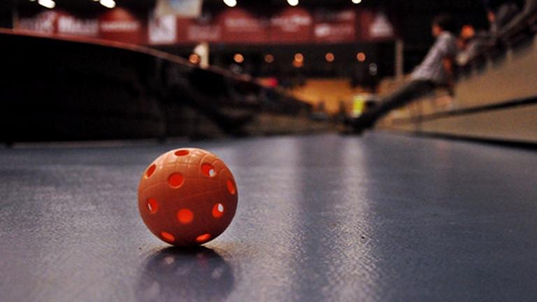 IEn innebandyboll på ett hallgolv. Foto: Emil Holmgren.