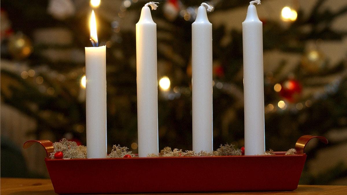 Julfirande. Adventsljusstake. Tända ljus, levande ljus. Första advent. Foto: Fredrik Sandberg/Scanpix