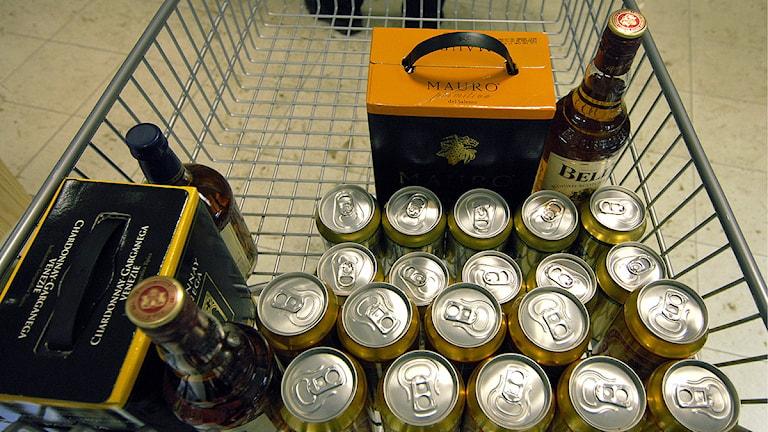 Kundvagn lastad med öl, lådvin och spritflaskor. Foto. Hasse Holmberg/Scanpix