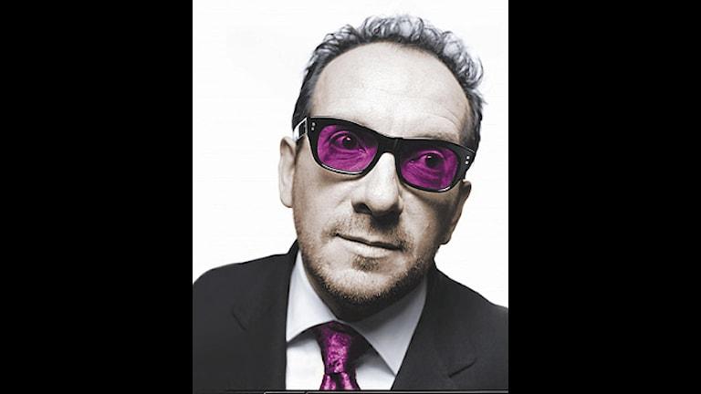 Elvis Costello. En man som gillar män lite för mycket.