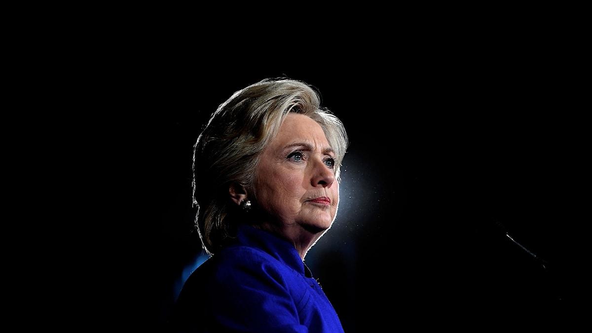 Hillary Clinton håller ett tal i Tempe, Arizona.