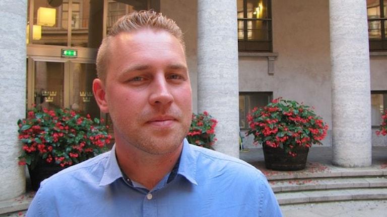 Den vikarierande partiledaren för Sverigedemokraterna snackar skit om Jimmie. Johannes reder ut om han är en röv eller bara ett klantarsel. Foto:  Foto: Niki Bergman/Sveriges Radio