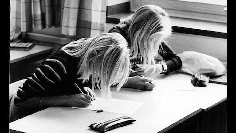 """Victor tänker hur det gick till när lärarna i Alingsås skapade """"madrass-provet"""". Foto: SVT bild"""