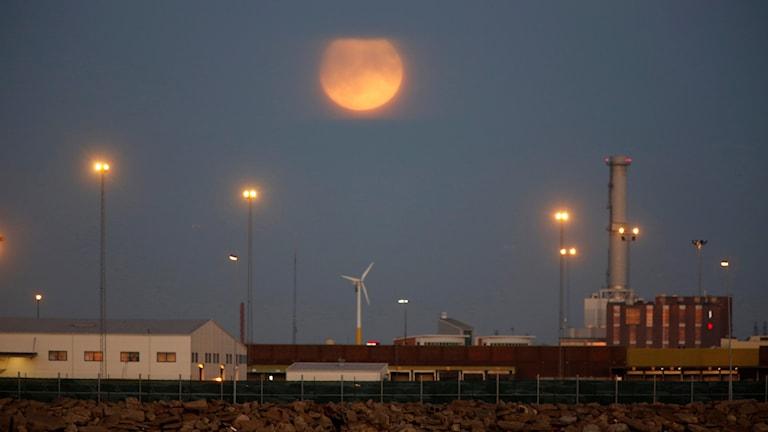 Bild på supermånen över Malmös hamn.