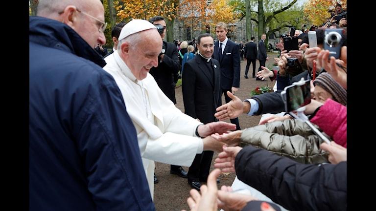 Bild på Påven som hälsar på folk i Lund