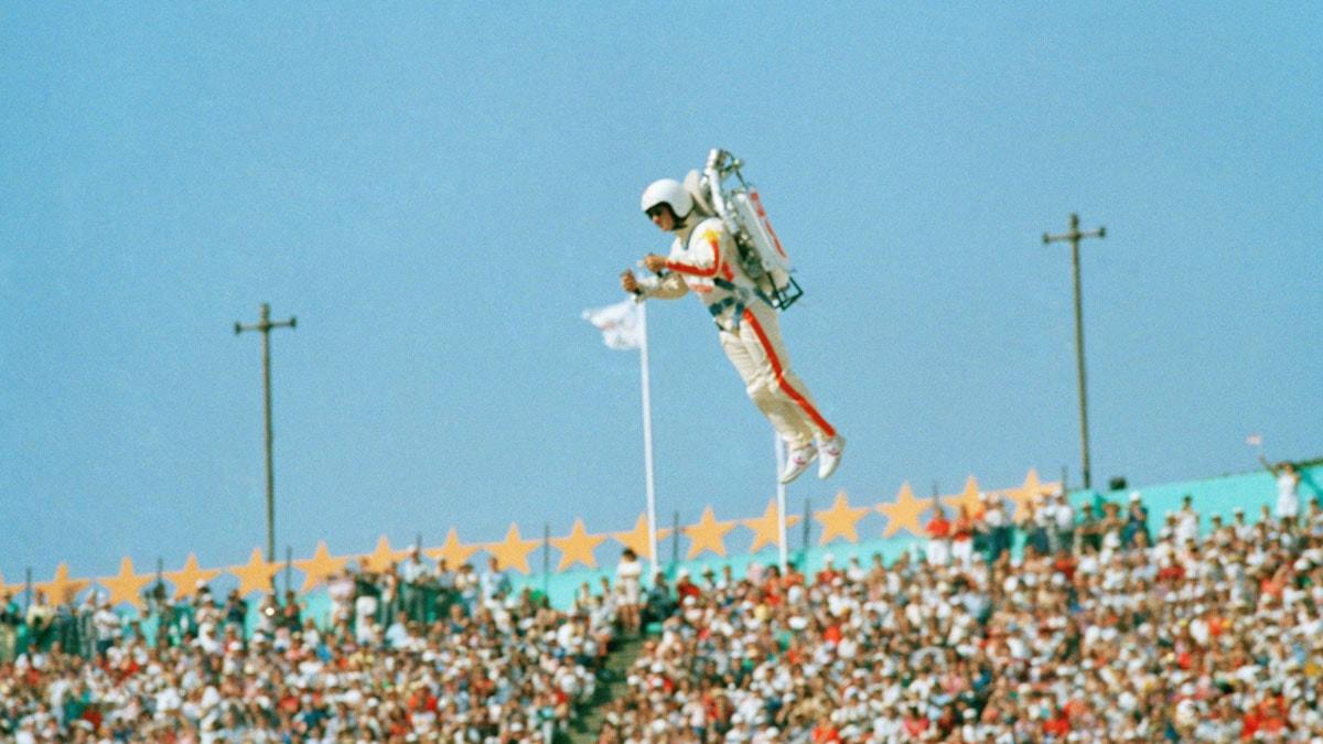 En man i jetpack på OS-invigningen 1984. Foto: Scanpix.
