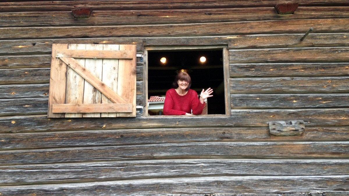 Kus Karin Niss Niss vinkar från sitt fönster i Tällberg. Foto: Martin Eriksson.