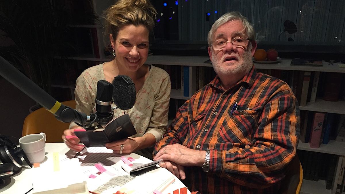 Carl-Johan De Geer tillsammans med sina dagböcker och Emma Hamberg, programledare