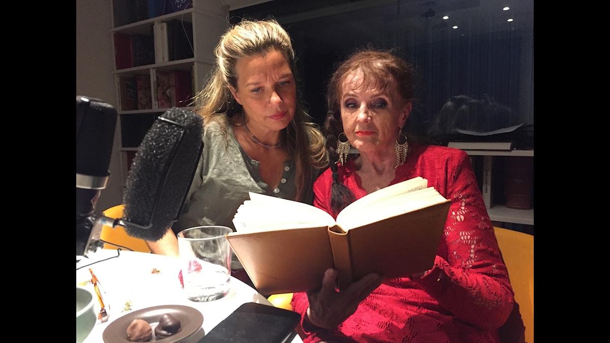 Elisabet Höglund tillsammans med sin dagbok och Emma Hamberg.