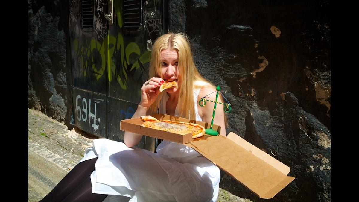 Radioregissören och manusförfattaren Eva Staaf äter en Midsommarnattsdröm special pizza med sill.