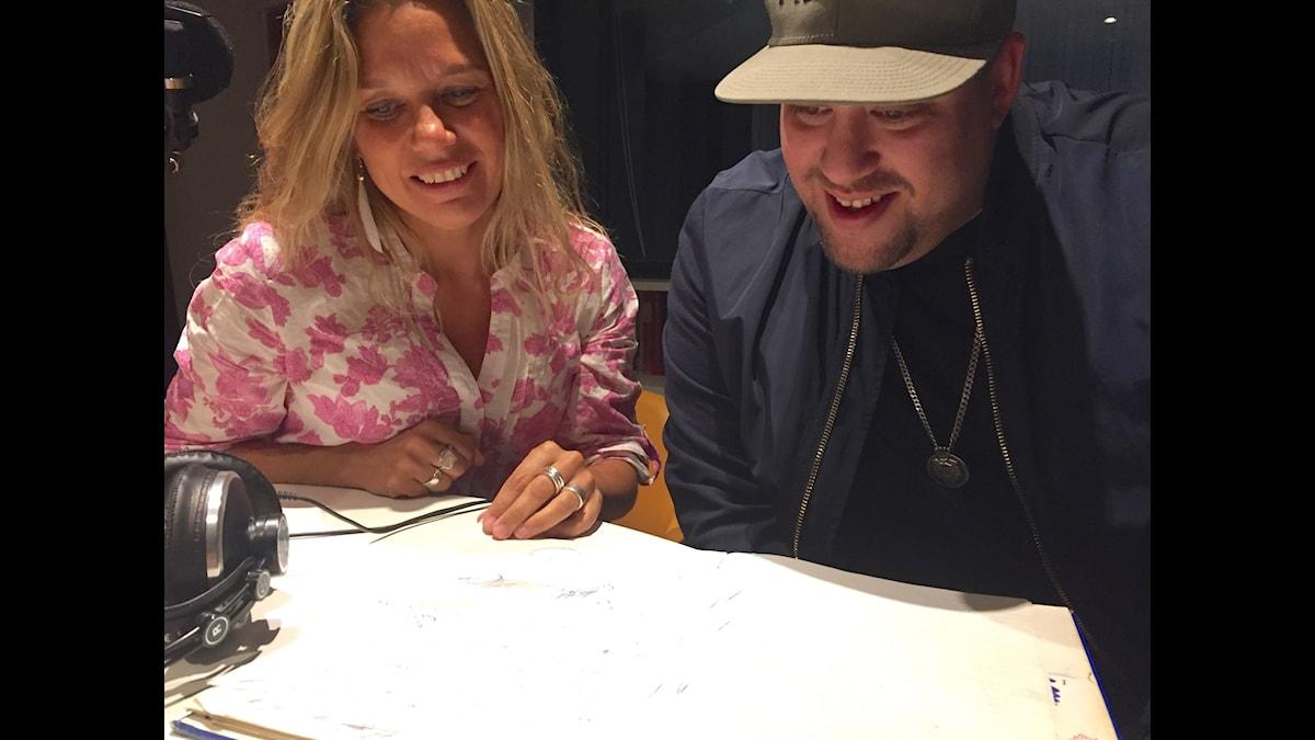 Nano tillsammans med sin dagbok och Emma Hamberg.