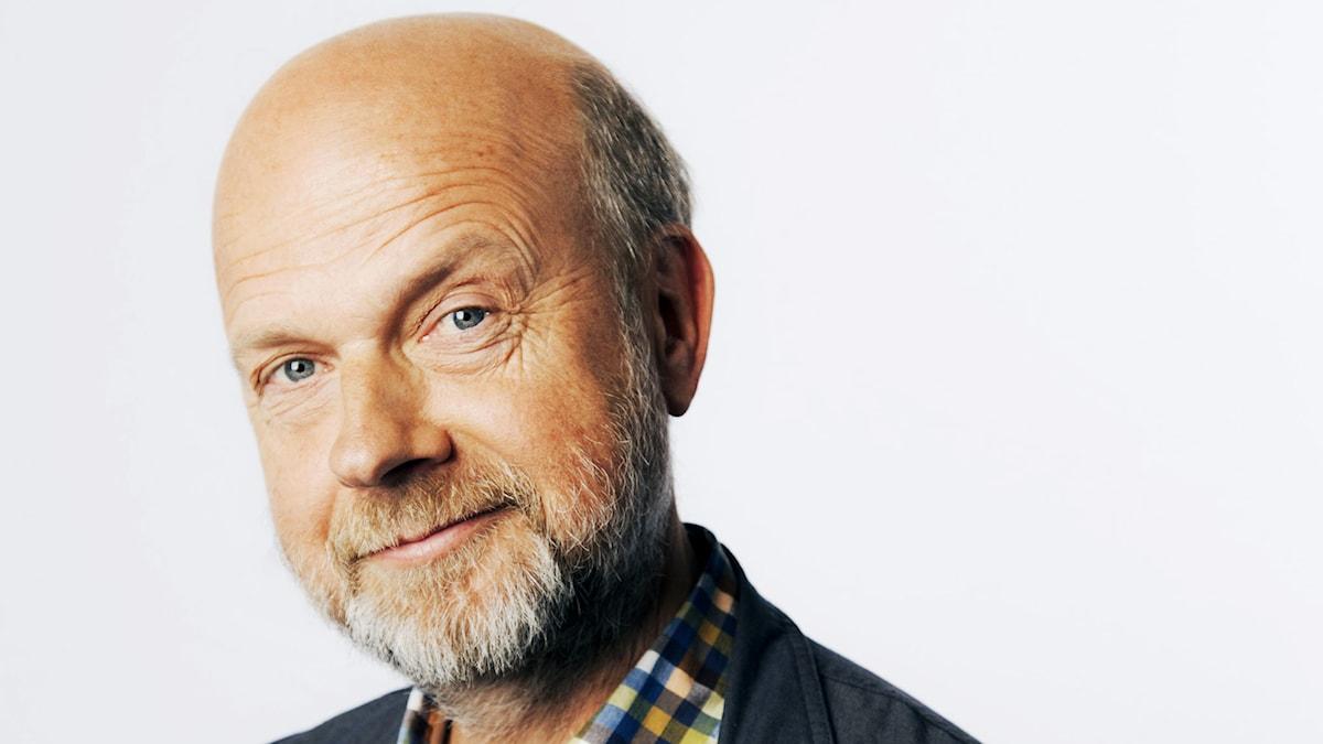 Gunnar Bolin – med hjälp från sina kollegor svarar han på det mesta om kultur. Foto: Mattias Ahlm/Sveriges Radio.