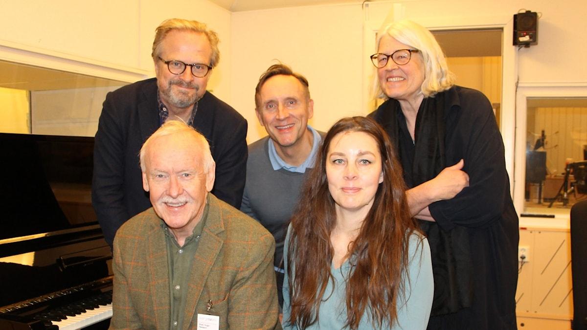 Jenny Maria Nilsson, Sven Hugo Persson, Göran Everdahl och Ulrika Knutson svarar på lyssnarnas kulturfrågor i en direktsändning ledd av Karsten Thurfjell.