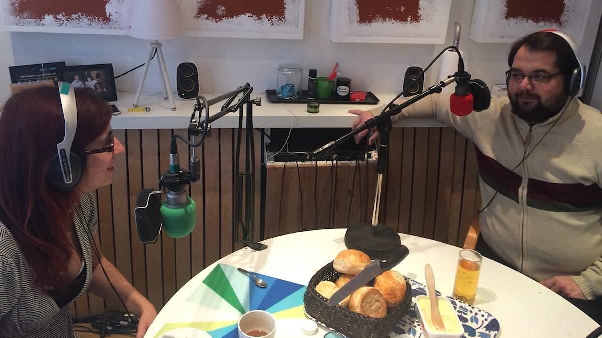Mifforadiosprogramledare Nancy och Sebbe mumsar frukost och pratar landsbygd med lyssnarna.