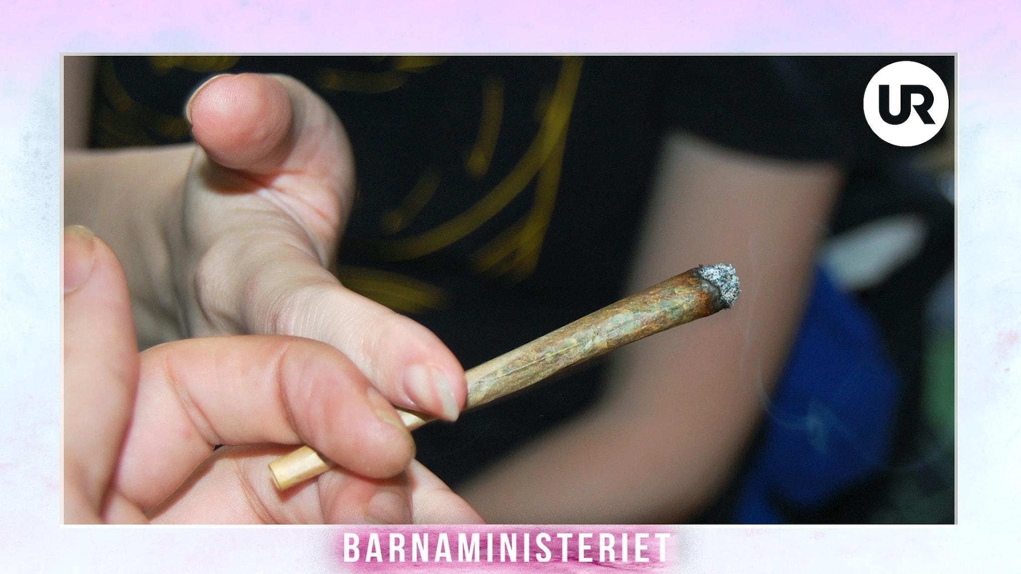 En ungdom ger en tänd joint till en annan ungdom.