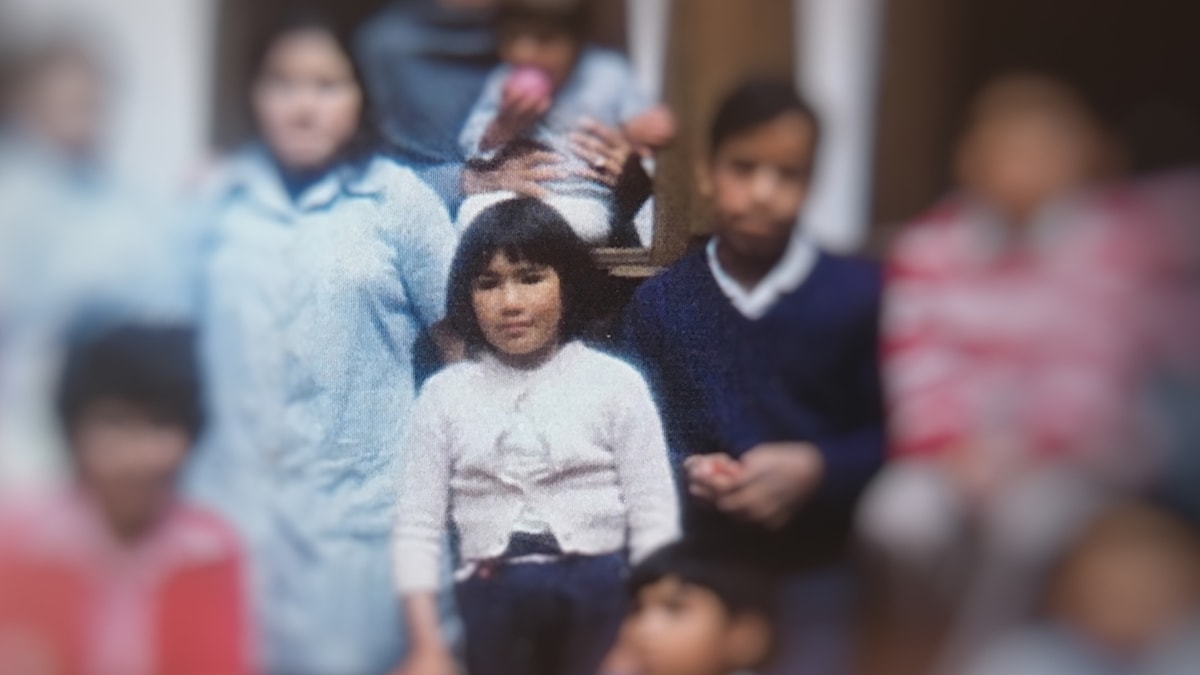 Lara bland barnen på barnhemmet.