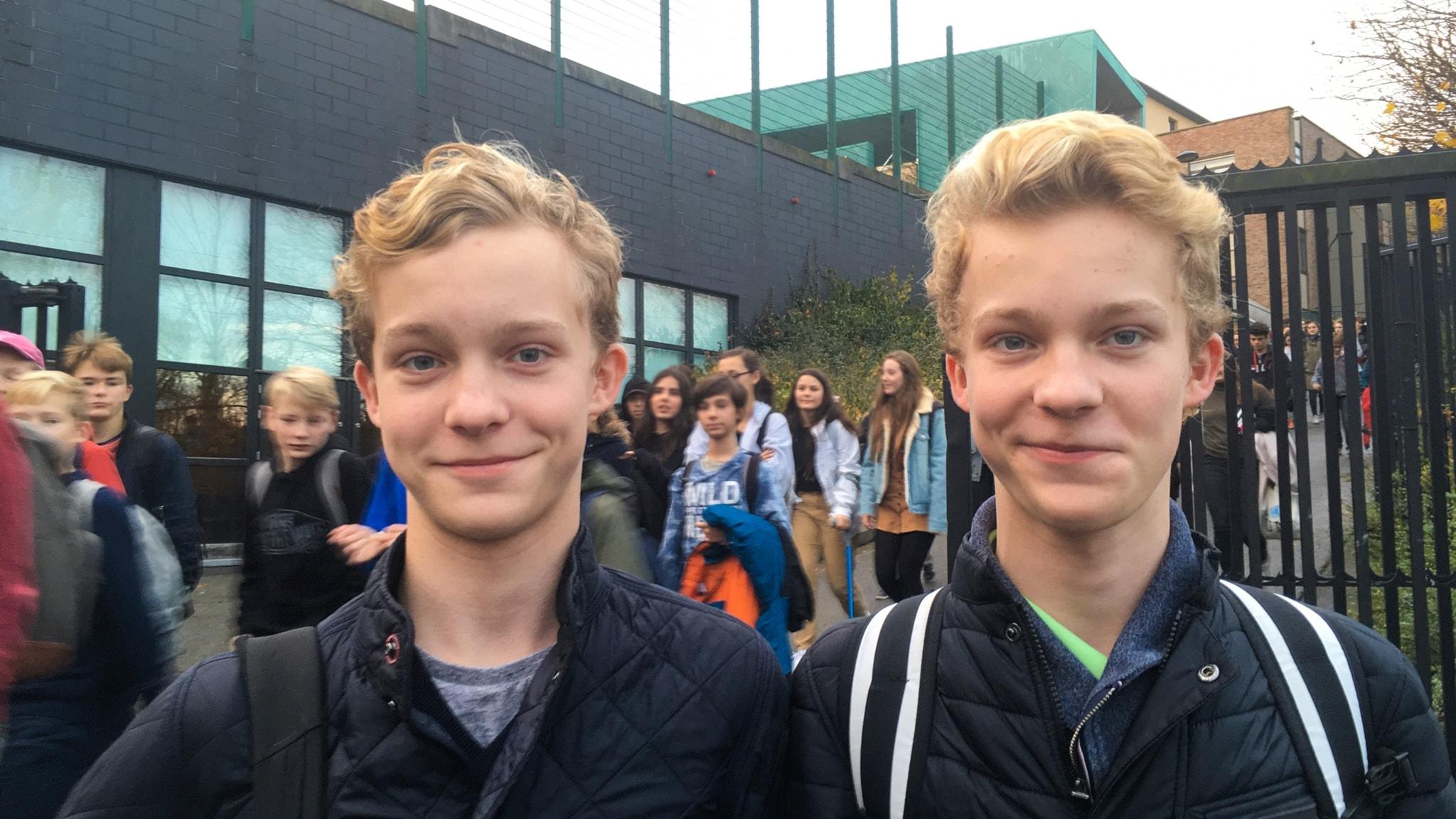Enäggstvillingarna Erik och Gustav utanför Europeiska skolan i Bryssel.