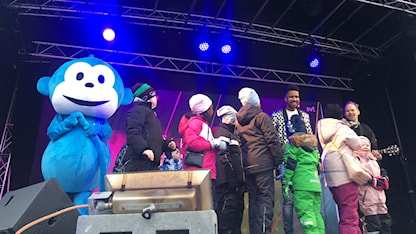 Radioapan och Yankho med barn på scen i Karlstad. Foto: Linda Karlsson